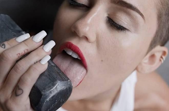 Potpuno gola Miley ponovno provocira
