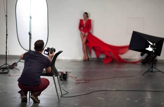 Tajanstvena žena u crvenom
