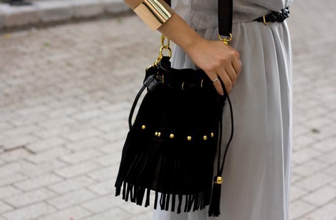 Bucket torba za dame u pokretu