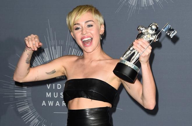 Beskućnik preuzeo nagradu za Miley Cyrus