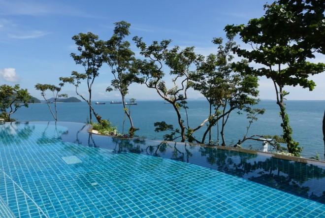 swimming-pool-1031245_1920