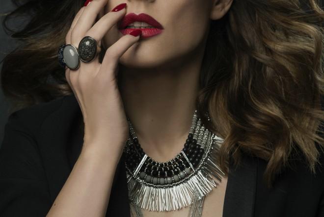Accessoires u monotone zimske stylinge unosi neodoljivu ljupkost i vedrinu