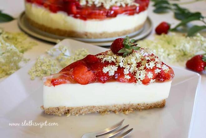 Torta s jagodama i sirupom od bazge