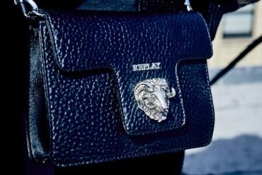 Darujemo modnu poslasticu – Replay torbica s neodoljivim dodatkom