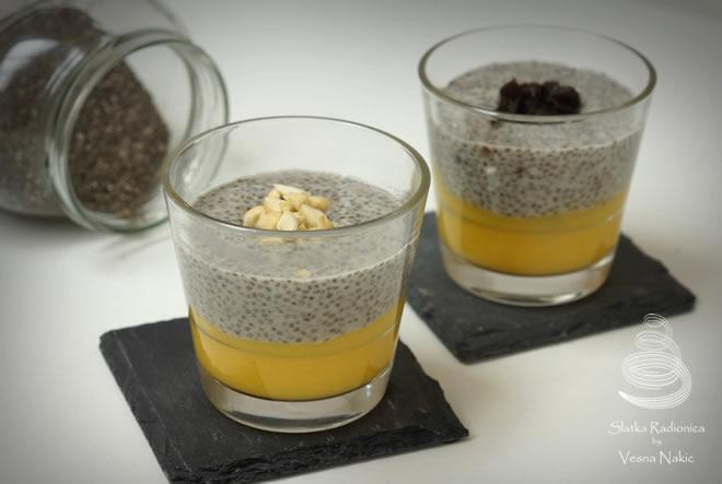 Jednostavni desert s chia sjemenkama i mangom