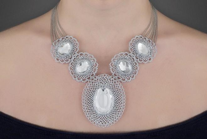 Kako je jedna dizajnerica nakita spojila tradicionalni vez i moderni nakit