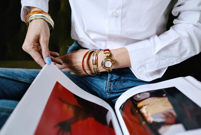 Kraljevska jednostavnost bijele košulje i plavih traperica