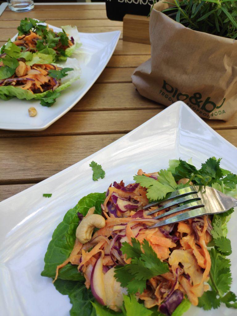 Kruhovac i shiitake gljive s umakom za roštilj u zelenoj salati