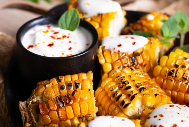 Pečeni kukuruz s pikantnim umakom od vrhnja