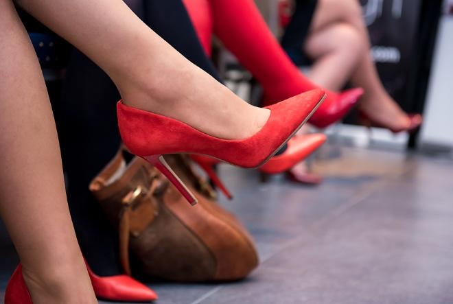 Novi odvažni koraci žena u crvenim cipelama