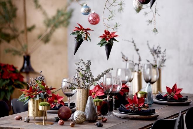 Raznobojni cvjetni aranžmani za blagdanski stol
