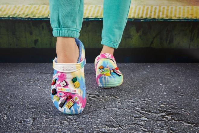 Crocs oduševljava novom cool Tie-Dye linijom obuće