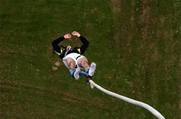Žena je izmislila bungee jumping