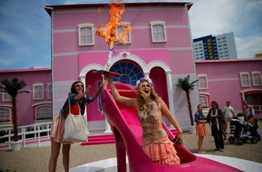 Feministkinje protiv Barbie kuće